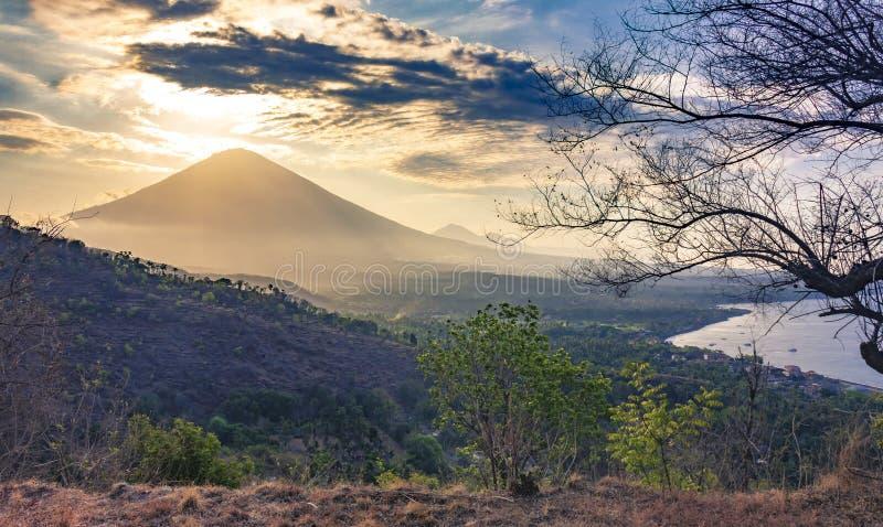 山的全景美丽的景色视图在日落的 平衡火山的多云看法?gung,巴厘岛 免版税库存照片