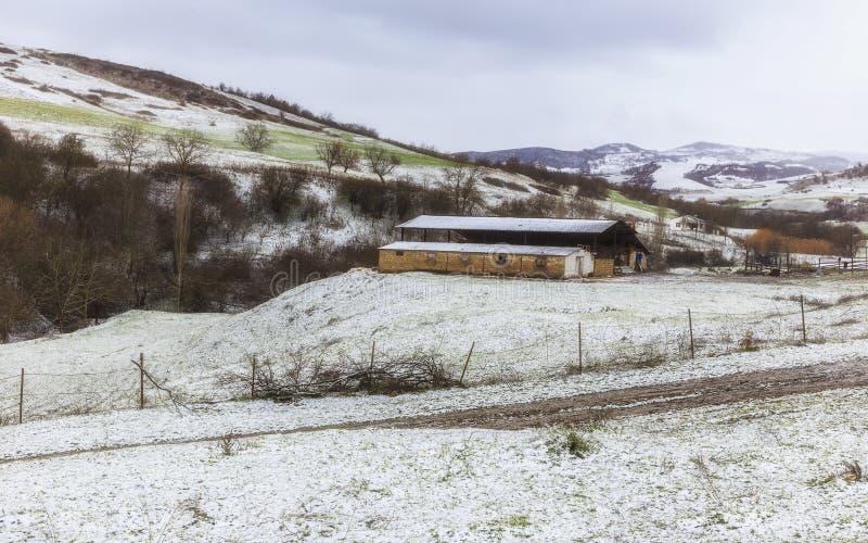 山的农场在冬天 库存图片