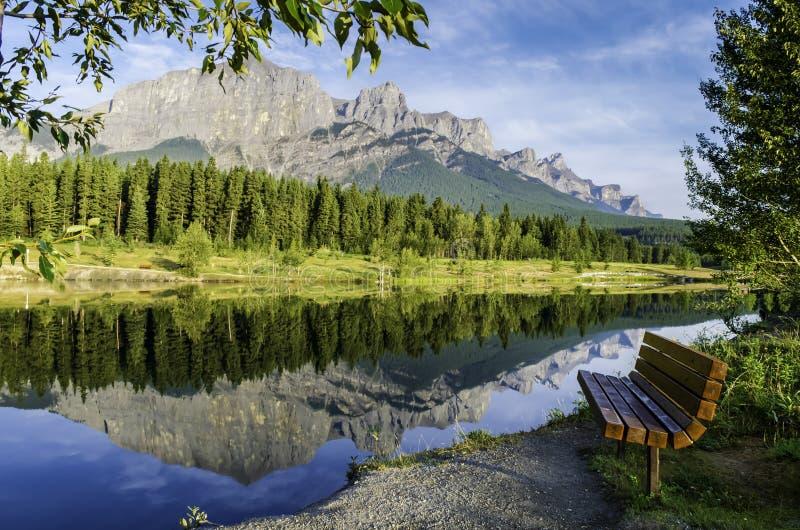 山的反射在湖 免版税库存图片