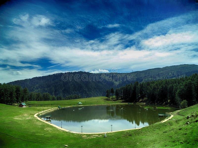 山的反射在beautifull湖 库存图片