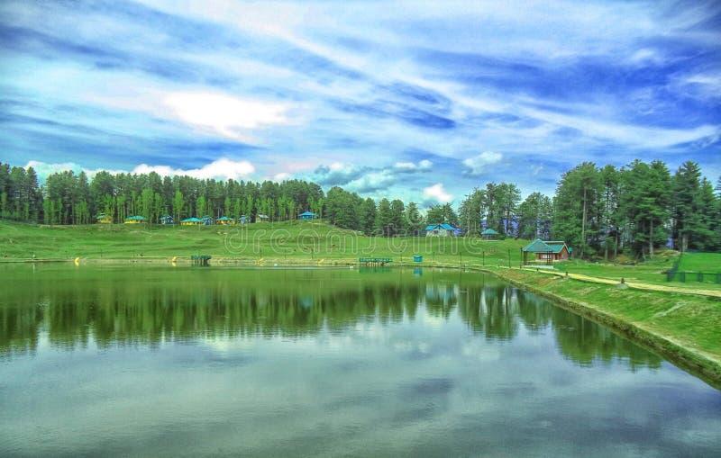 山的反射在beautifull湖 免版税库存照片