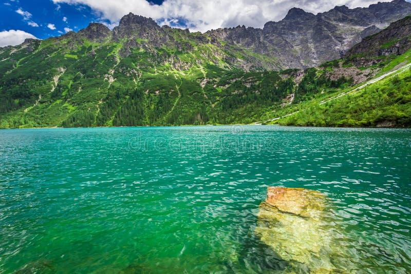 山的在黎明,波兰美妙的池塘 免版税图库摄影