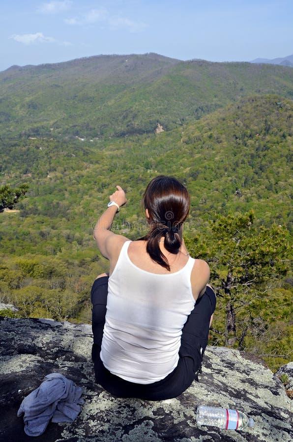 山的妇女俯视 库存照片