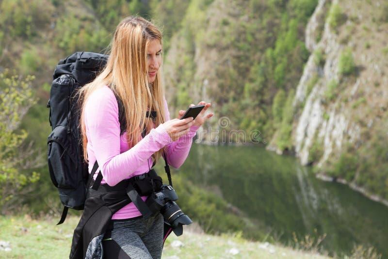 山的妇女在手机 免版税库存图片