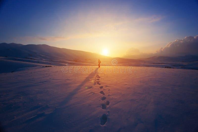 山的孤独的妇女 免版税图库摄影