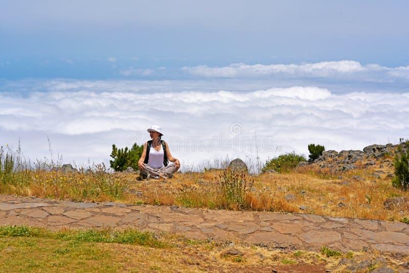 山的少妇在云彩上 免版税图库摄影