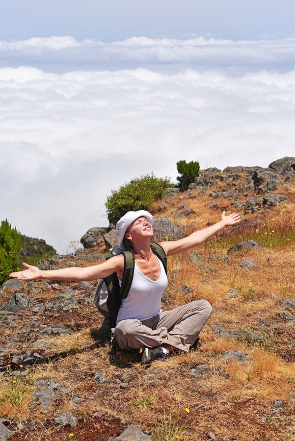 山的少妇在云彩上 免版税库存照片
