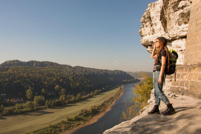 山的少妇远足者 免版税库存图片