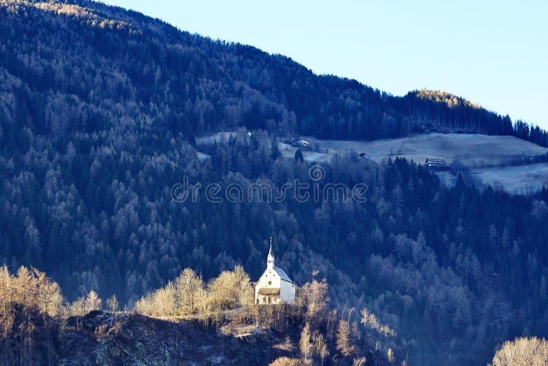 山的峭壁的教会 免版税库存图片