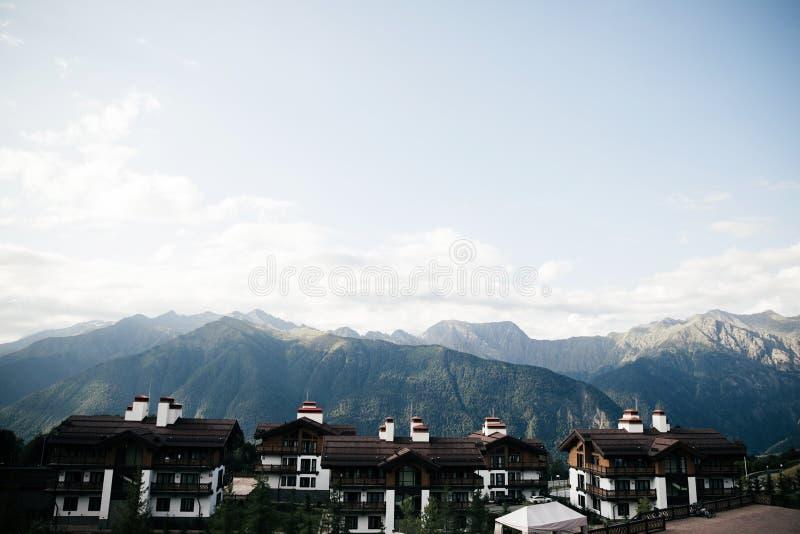 山的巨大地方,小村庄 图库摄影