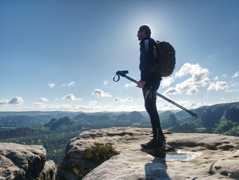 山的徒步旅行者 有背包的公强的载体 免版税图库摄影