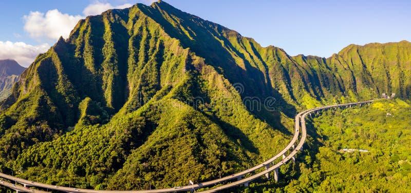 山的惊人的空中英尺长度视图由著名俳句台阶的 免版税库存图片