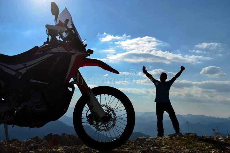 山的愉快的摩托车骑士 免版税图库摄影