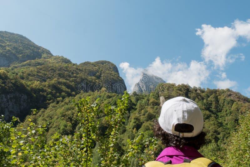 山的成熟妇女远足者 库存图片