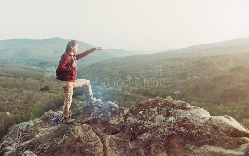山的探险家妇女 免版税库存图片
