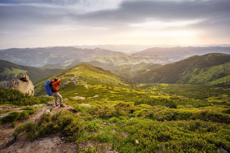 山的摄影师 远足人,激动人心的风景 库存图片