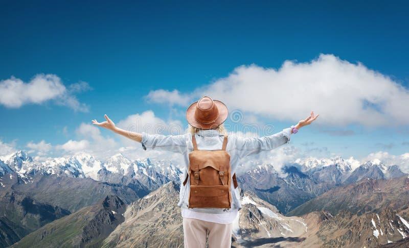 山的旅客使旅行和活跃生活概念环境美化 冒险和旅行在山区域 库存照片