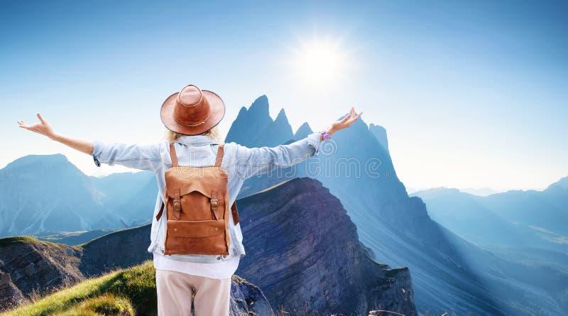 山的旅客使旅行和活跃生活概念环境美化 冒险和旅行在山区域 免版税库存照片