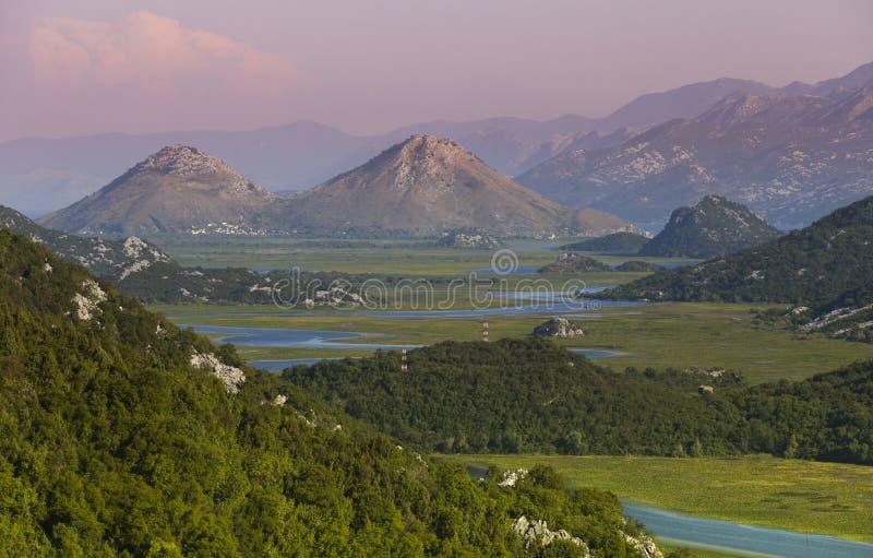 山的日出天空和河穿过谷 免版税库存图片