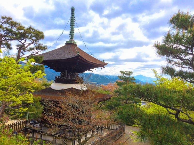 山的日本塔在有充分天空的寺庙云彩背景 免版税库存照片