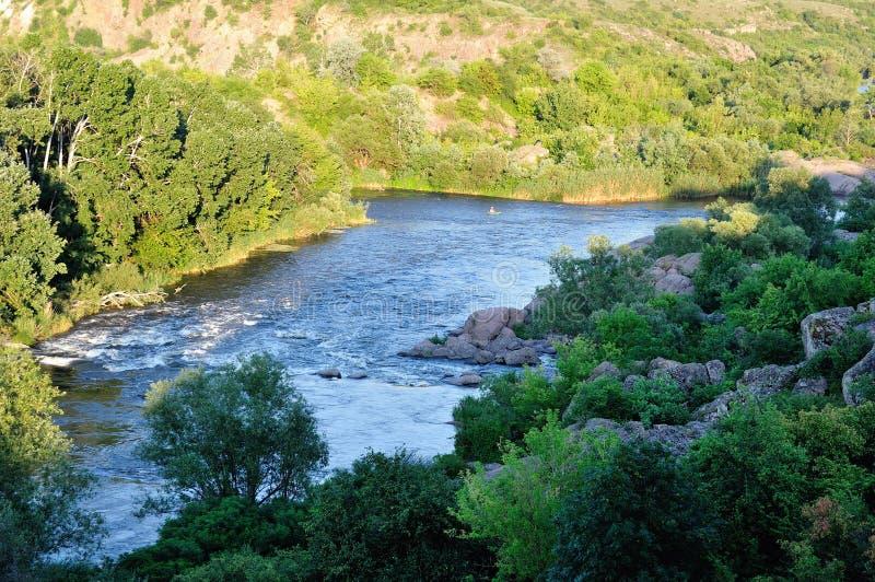 山的河。 免版税库存图片