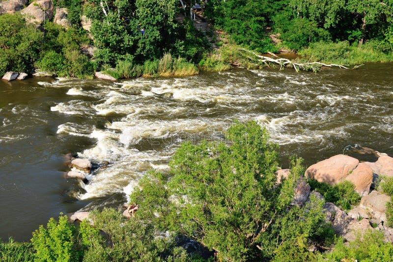 山的河。 免版税库存照片