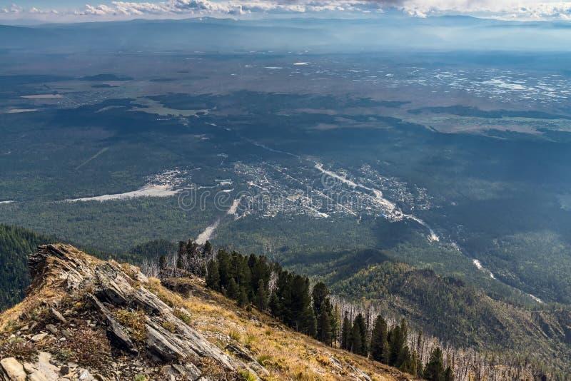 从山的看法到村庄Arshan 免版税库存照片