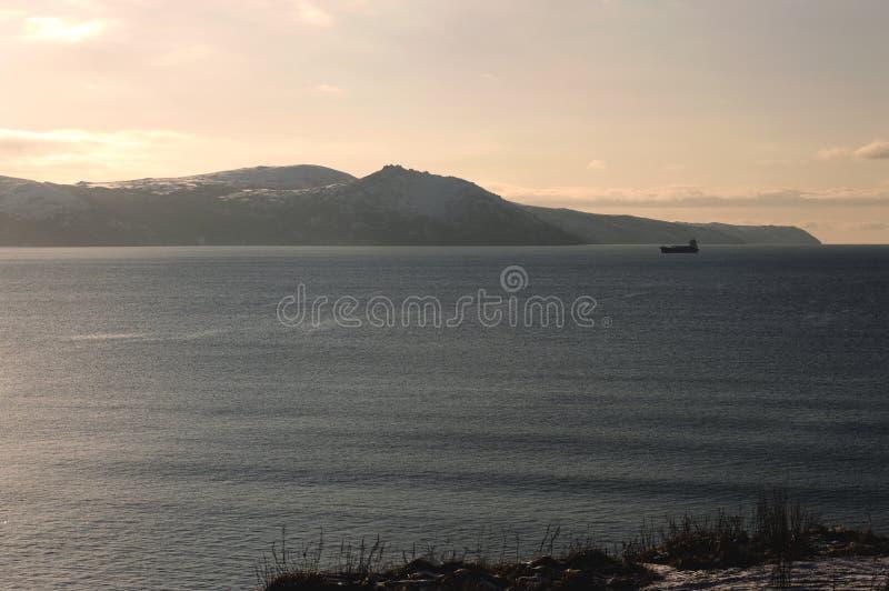 山的看法向黄昏的海 免版税库存照片