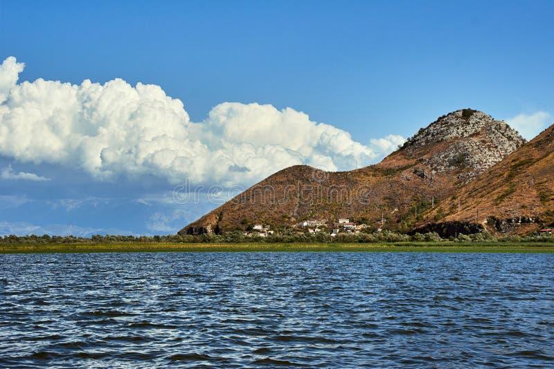 山的看法在Skadar湖的 免版税库存图片