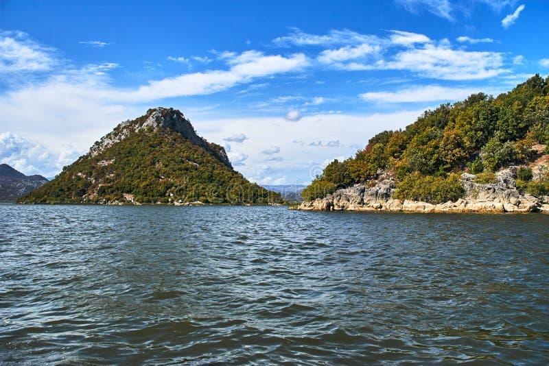 山的看法在Skadar湖的 库存图片
