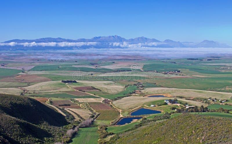 从山的看法横跨绿色农田 免版税库存照片