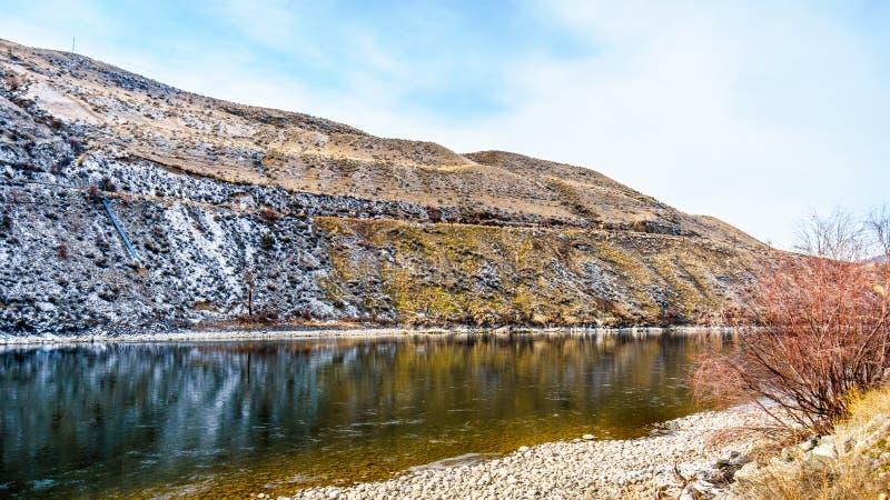 山的看法沿汤普森河的在从杜松海滩省公园的一个冷的冬日 库存图片