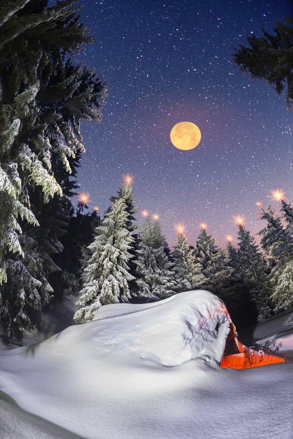 山的童话积雪的房子 免版税图库摄影