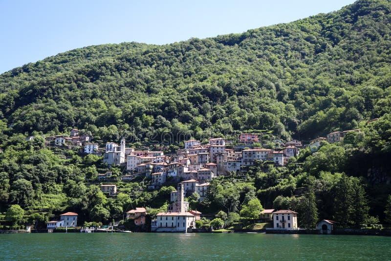 山的美丽的镇在湖 图库摄影