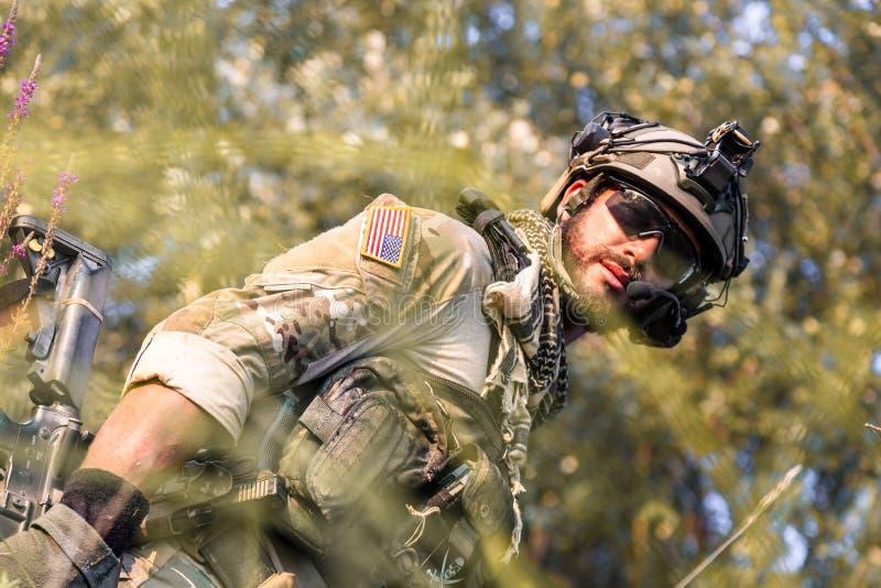 山的美军士兵在日落 库存图片