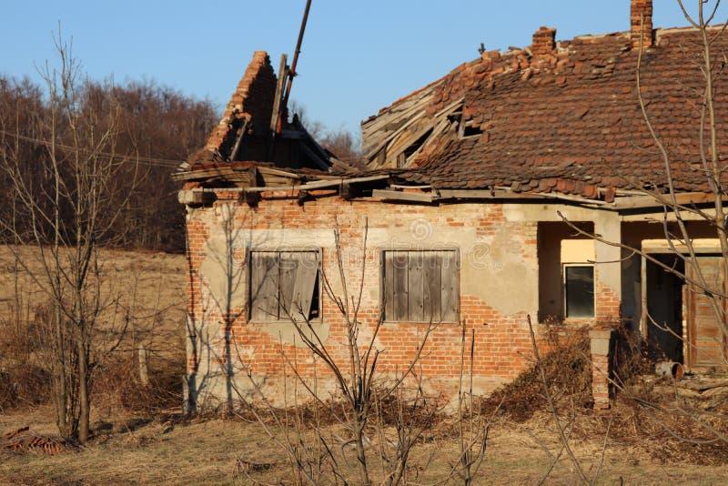 山的老被放弃的和被破坏的房子 库存图片