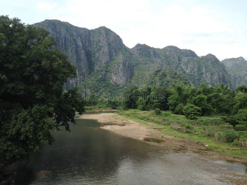 山的脚的河 库存图片
