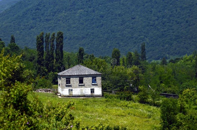 山的舒适的房子在Abhazia 免版税库存照片