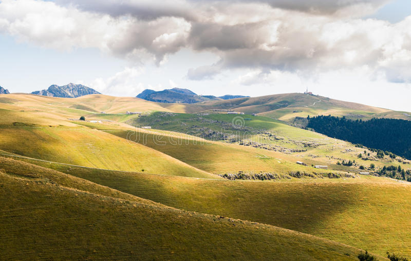 山的草甸创造弯曲的线 免版税库存照片