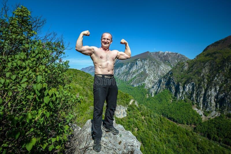 山的赤裸上身的肌肉人 免版税库存图片