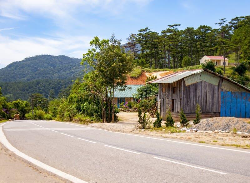 山的越南房子与一条附近的山路 免版税库存照片
