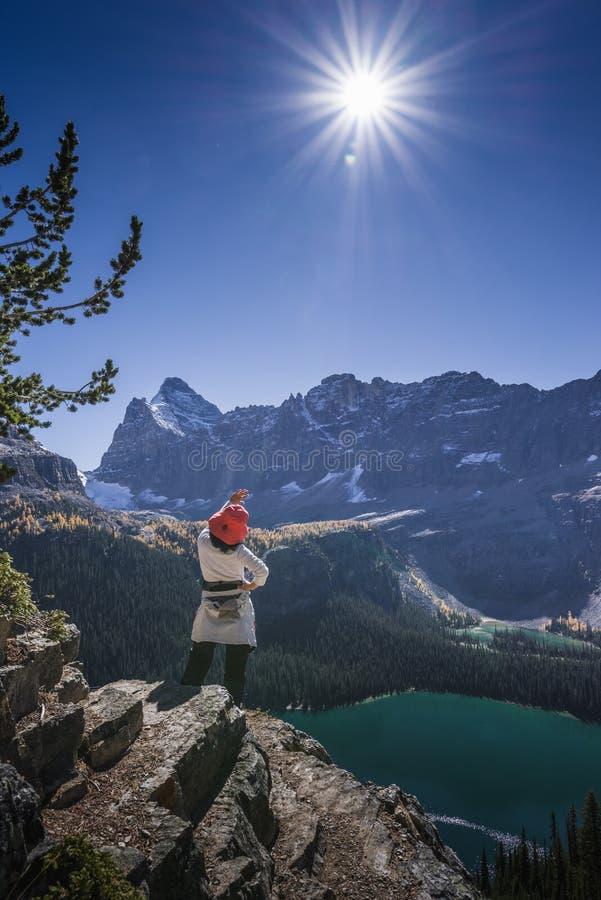 山的远足者 库存照片