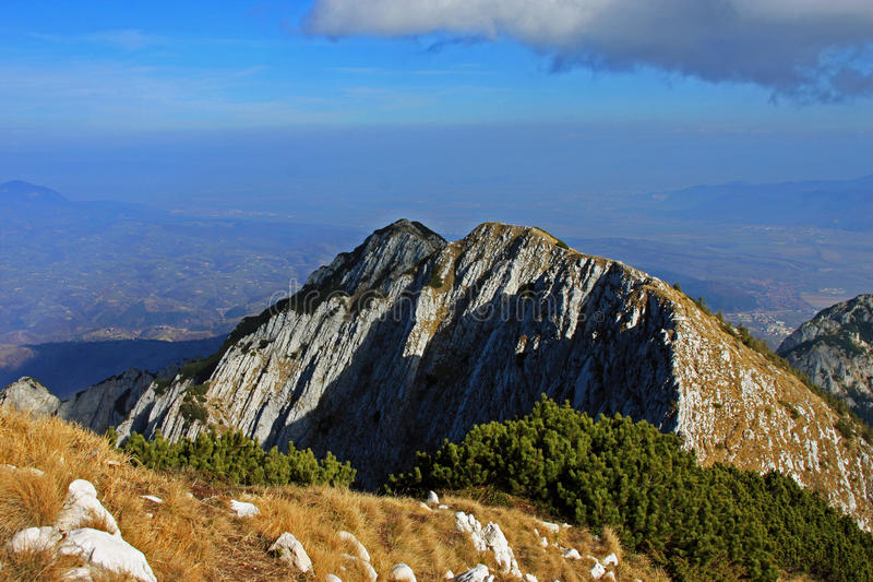 从山的顶端美丽的景色在秋天 免版税库存图片