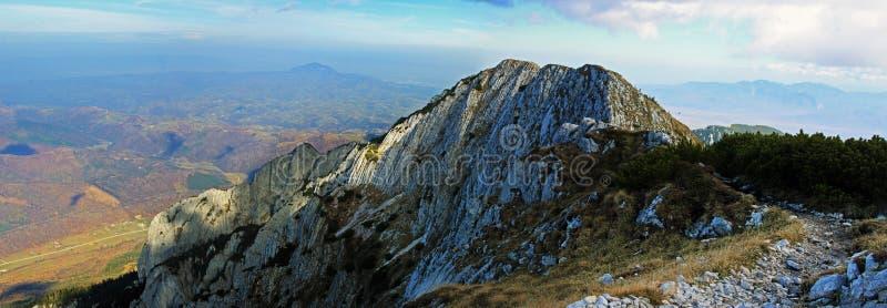 从山的顶端美丽的景色在秋天 免版税库存照片