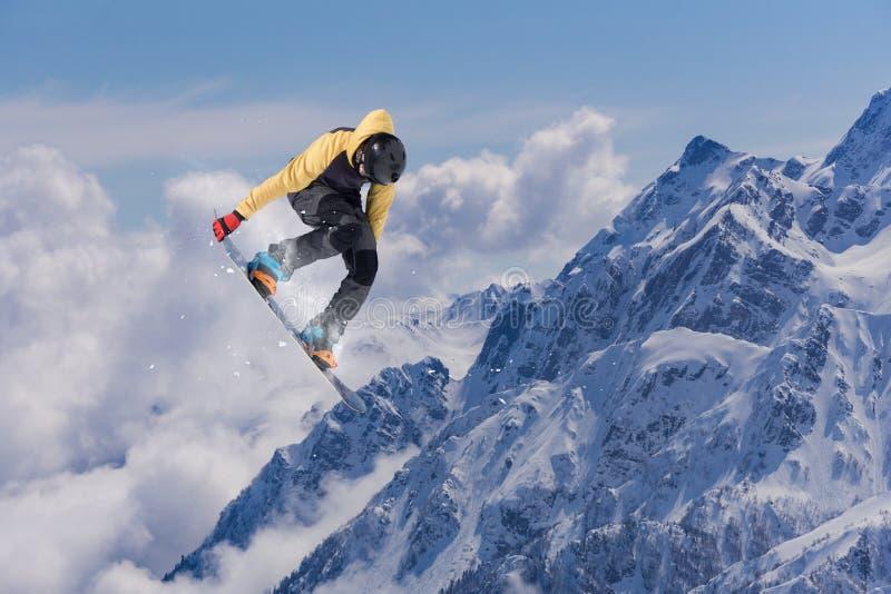 山的飞行挡雪板 极其体育运动 免版税库存图片