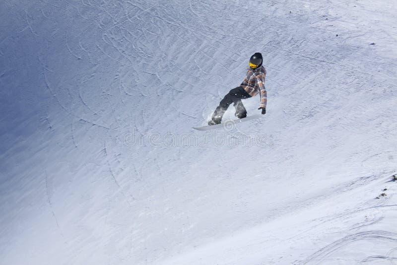 山的飞行挡雪板 极端冬季体育 库存图片