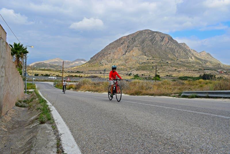 山的骑自行车者与惊人的风景 免版税图库摄影