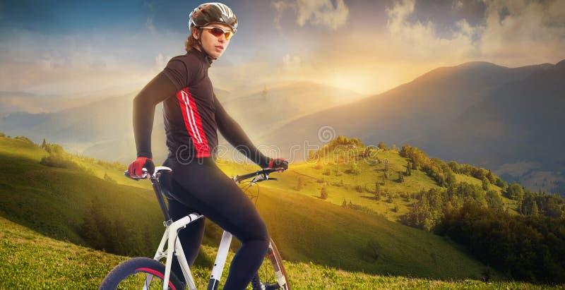 山的骑自行车者 免版税库存图片
