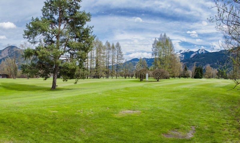 Download 山的高尔夫球场 库存图片. 图片 包括有 节假日, 比赛, 草甸, 同水准, 路线, 打高尔夫球的, 驱动 - 72355997