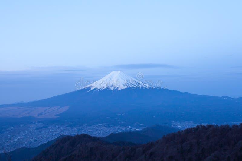 从山看见的山富士和吉田市镇Mitsutoge 库存照片